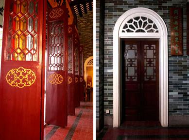 东华三院文物馆的中式木门跟西式拱形门框成一对比