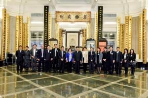 东华三院主席何超蕸小姐(左八)及高级职员与国家民政部访问团合照。