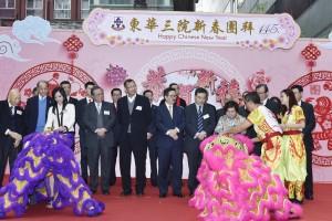 东华三院何超蕸主席(前排右二)与第一副主席马陈家欢女士(前排左一)主持簪花挂红仪式。