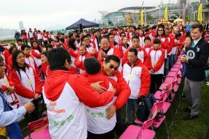 为庆祝东华三院成立145周年,该院今年特别邀请145对智障与健全人士携手参与「同心抱共融」大行动,透过简单的「拥抱」宣扬「伤健共融」的理念。
