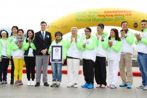 吉尼斯世界纪录有限公司(Guinness World Records)大中华区纪录管理部总监王晨(Charles Wharton)(左五),即场颁发「健力士世界纪录证书」予东华三院主席何超蕸小姐(左六)和香港赛马会董事李家祥博士(右六),确认「同心抱共融」大行动成为全世界「最长的拥抱接力」。