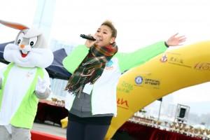 东华三院「共融大使」郑欣宜小姐在台上献唱表演助兴。
