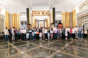 图一为东华三院主席马陈家欢女士(左十三)、董事局成员及其它志愿者在出发卖旗前大合照。
