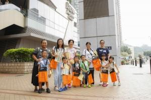 图十一及十二为炎热的天气阻挡不了志愿者的爱心,约一万名志愿者参与东华三院卖旗日。