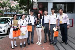 图三为东华三院主席马陈家欢女士(左四)走访各个地点,为志愿者学生打气。