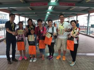 图四、五、六、七、八及九为东华三院董事局成员走遍全港多区卖旗筹款,并鼓励在场的志愿者。
