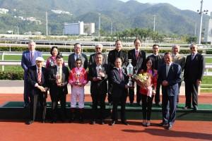 图三为东华三院主席马陈家欢女士颁发「东华三院挑战杯」,与马匹「祥胜骏驹」的马主、练马师及骑师合照。