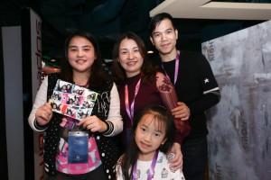 图九、图十为东华三院的受助家庭亦获邀参与东华三院星梦邮轮慈善之旅,一家人在邮轮上渡过一个与别不同的周末。