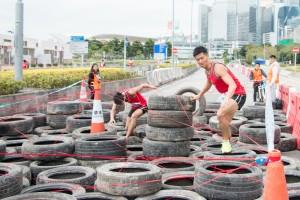 图三及四为参赛者凭著毅力跨越重重难关,完成赛事。
