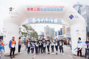 图七为活动大使连诗雅小姐和郑融小姐与一众艺人落场参赛兼为各参赛者打气。
