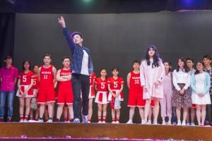 图二及图三东华三院黄凤翎中学学生在40周年校庆典礼上的精彩表演。