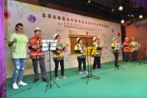区内服务中心的长者及年青人为综合中心作开幕表演。