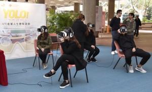 参加者在《YOLO!》VR虚拟人生体验游戏中,感受10分钟的人生预演,经历模拟人生中的「拥有」和「失去」。