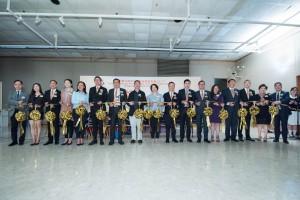 图一:东华三院主席兼名誉校监李鋈麟博士太平绅士(左七)、主礼嘉宾香港教育大学文化与创意艺术 学系副教授谭祥安博士(左八)及董事局成员主持剪彩仪式。