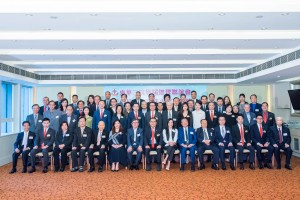 图二为东华三院顾问局成员、董事局成员、历届主席、总理,以及各部门主管合照。