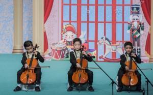 幼稚园学生于东华三院幼稚园联校毕业典礼上表演。