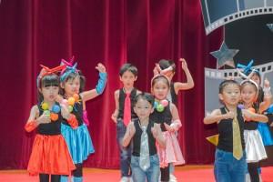 东华三院方树福堂幼稚园学生作精彩演出。