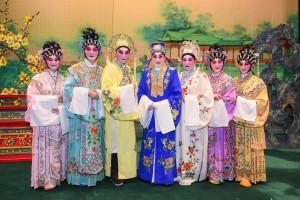 图七为一众慈善演出嘉宾与鸣芝声剧团台柱盖鸣晖小姐合照。