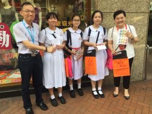 图四、五、六、七、八、九及十为东华三院董事局成员走遍全港多区卖旗筹款,并鼓励在场的志愿者