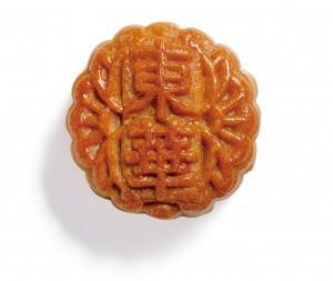 100%香港制造兼用了「麦芽糖醇低糖白莲蓉」,无添加、无防腐剂,更不含反式脂肪,是市民首选的健康月饼。