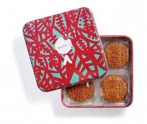 1罐4个独立包装的迷你蛋黄低糖白莲蓉月饼,饼罐「浅绿色树叶」是由东华三院「爱不同艺术」陈诗敏亲手绘画。