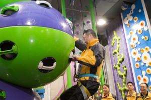 图三及四为董事局成员与及艺人分成两队进行小型竞技挑战赛,一众嘉宾玩得相当投入。