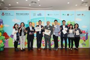 各主礼嘉宾手持学生的产品,赞赏青少年的创意。
