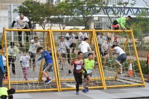 图三及四为参赛者冲劲十足,克服挑战和难关,直达终点。