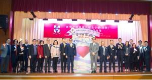主席兼名誉校监李鋈麟博士太平绅士(左十一)在典礼上与董事局成员及嘉宾合照