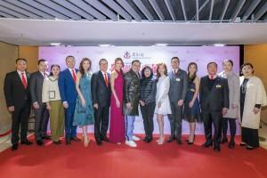 图一:东华三院主席李鋈麟博士太平绅士(中)与一众董事局成员及嘉宾出席颁奖晚会,答谢各界的鼎力支持。