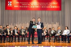 东华三院主席兼名誉校监李鋈麟博士太平绅士(左)致送纪念品予香港考试及评核局秘书长苏国生博士(右)。