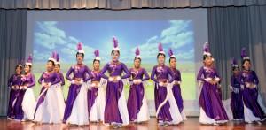 学生于东华三院卢干庭纪念中学30周年校庆典礼上表演。