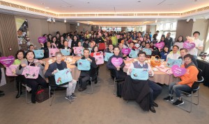 出发探访前,东华三院董事局成员及企业代表与各志愿者队手持福袋大合照。
