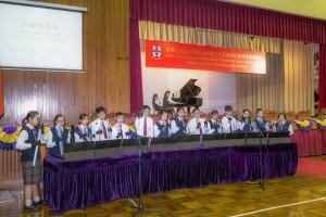 学生于东华三院邱子田纪念中学35周年校庆典礼上表演。