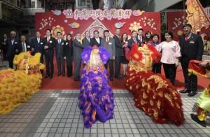 图一为东华三院主席李鋈麟博士太平绅士(左九)、第一副主席王贤志先生(左四)及其它嘉宾主持点睛仪式。