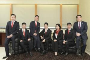 图四为东华三院候任主席王贤志先生(左四)与副主席蔡荣星博士(左三)、文頴怡小姐 (右三)、谭镇国先生(左二)、马清扬先生(右二)、韦浩文先生(左一)与东华三院执行总监苏佑安先生(右一)合照。
