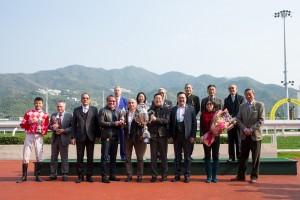 东华三院主席李鋈麟博士太平绅士(前排右三)与马匹「红旗星将」的马主、练马师及骑师合照