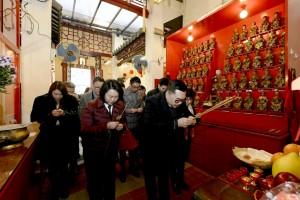 东华三院主席李鋈麟博士太平绅士(右一)与各位嘉宾于广福祠内奉香。