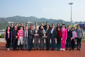东华三院主席李鋈麟博士太平绅士(前排右六)及一众董事局成员与马匹「红旗星将」的马主、练马师及骑师合照