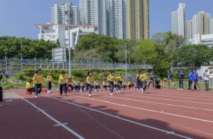 学生于跑道上全力以赴,投入竞赛。