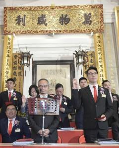 图一:东华三院戊戌年董事局主席王贤志先生(前排右一)联同其它董事局成员宣誓就职。