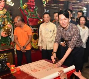 东华三院主席王贤志先生为「油麻地天后诞」主礼,带领一众董事局成员和嘉宾进行贺诞,酬谢神恩,并为市民祈福消灾,祝愿香港繁荣安定。
