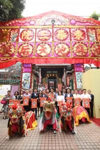 东华三院主席王贤志先生(前排右五)与一众嘉宾于「油麻地天后诞」五色花牌前合照