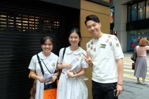 图一为东华三院主席王贤志先生(右一)走访各个地点,为志愿者学生打气。