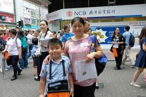 图十为阴晴不定的天气阻挡不了志愿者的爱心,多达13,000名志愿者参与东华三院卖旗日。