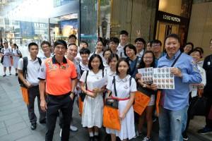 图四、五、六、七及八为东华三院董事局成员走遍全港多区卖旗筹款,并鼓励在场的志愿者。