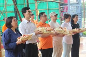 东华三院庚申年总理杨国佳先生(右三)为法会主礼参拜仪式。