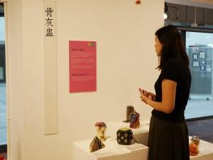 参观者对「后事冷知识」甚感兴趣。