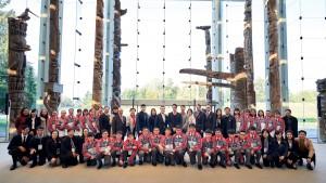 东华三院董事局成员及学生大使于英属哥伦比亚大学留影。