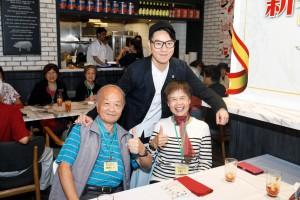 东华三院主席王贤志先生(后)在午宴上与老友记合照